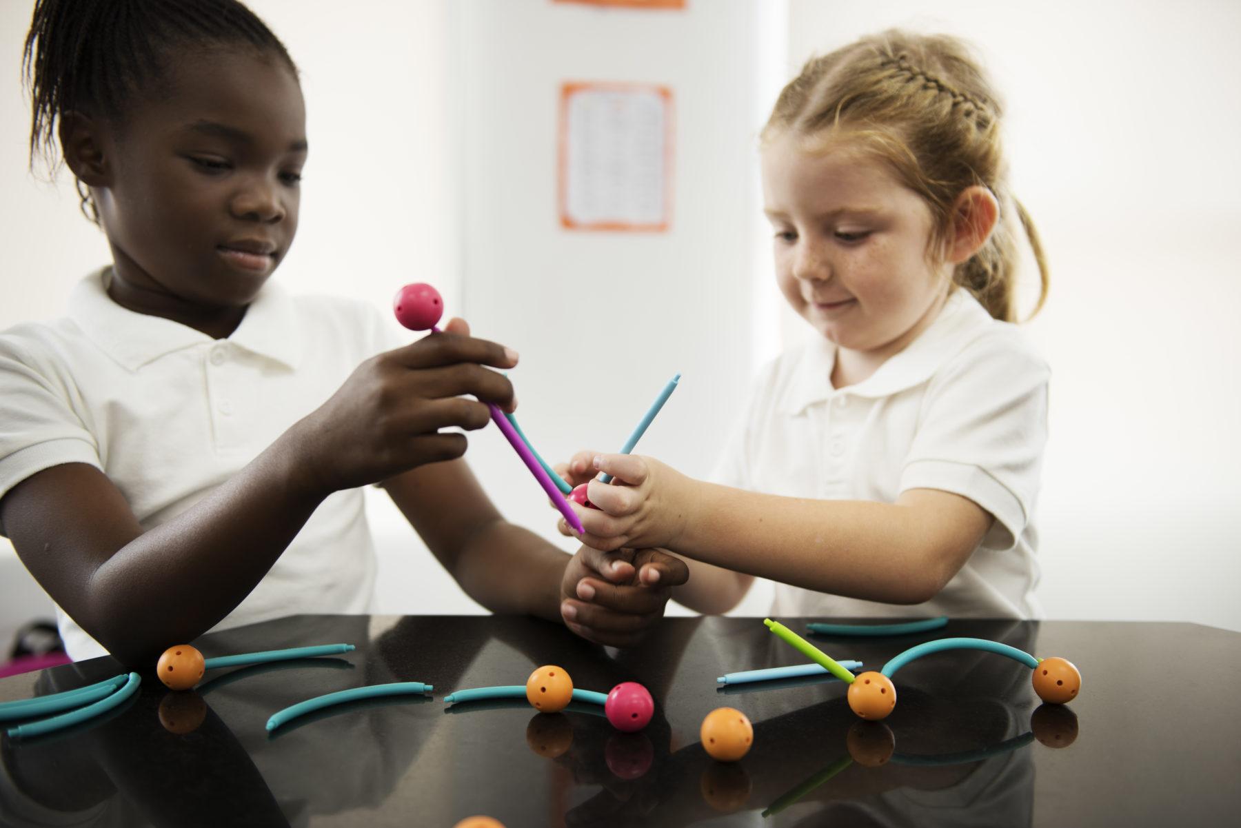 diverse-kindergarten-students-holding-learning-PTA2MMD-1-e1541017847937.jpg